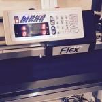 これ、ATHLEAD Flexという高機能自動壁紙糊付機だそうです