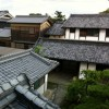 いぶし瓦の屋根の見える二階